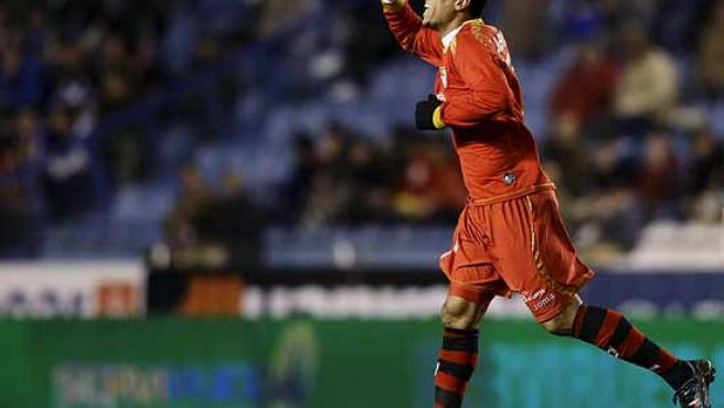 Luis Fabiano celebra un gol del Sevilla en Riazor.