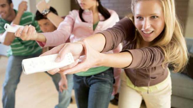 Un grupo de jóvenes jugando a la Wii.