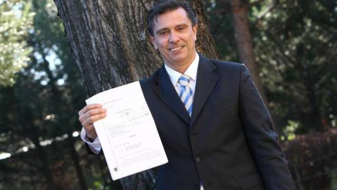 El padre del menor acosado, Fernando Sacristán, con la sentencia a su favor. (ARCHIVO)