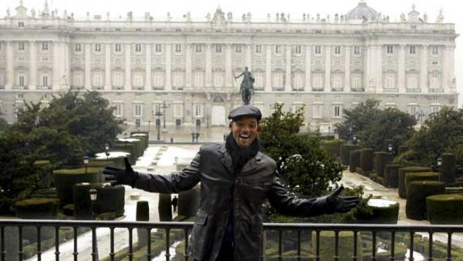 Will Smith posa en un balcón del Teatro Real de Madrid, con el Palacio Real a sus espaldas.
