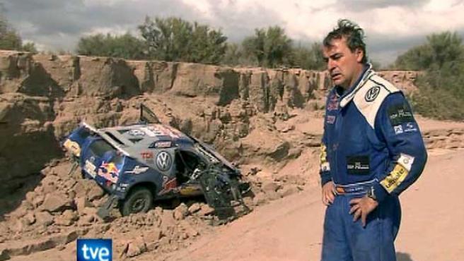 Carlos Sainz, junto a su vehículo accidentado (TVE/EFE).