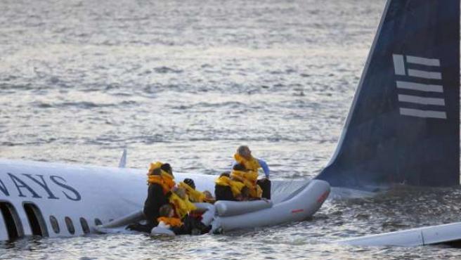 Varios pasajeros, evacuados del avión que amerizó en el río Hudson de Nueva York (Reuters).