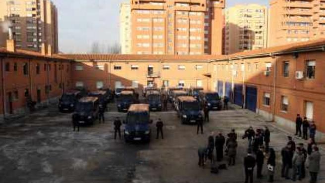 Los agentes posan con sus nuevos vehículos.