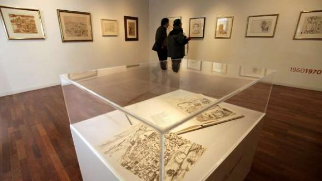 La muestra reúne además cartas, fotografías y objetos personales del artista.