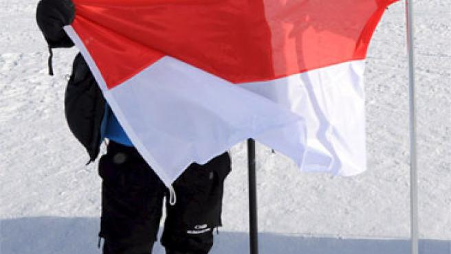 Alberto de Mónaco se dispone a clavar la bandera de su país en el Polo Sur (EFE).