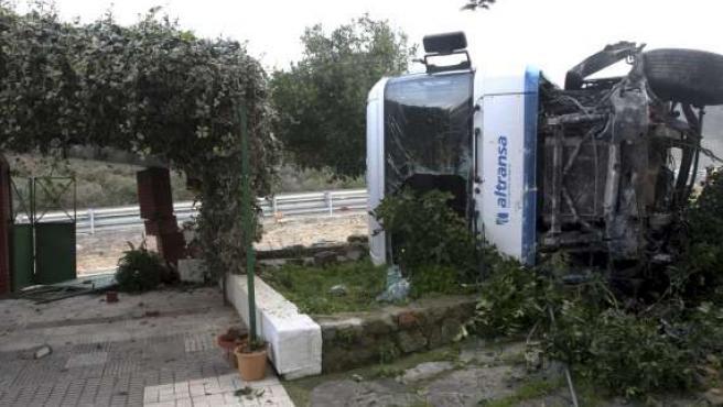 En la imagen, el camión tras colisionar contra el muro y porche de una vivienda cercana al lugar del accidente. (EFE)