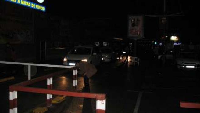 Decenas de coches, sin salida cada noche.