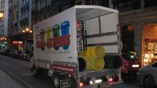 Camión de recogida de cubos de basura.