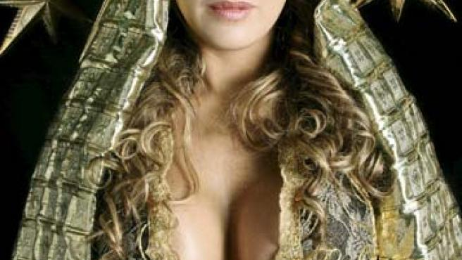 Una modelo posa vestida emulando a la Virgen María. (REUTERS)