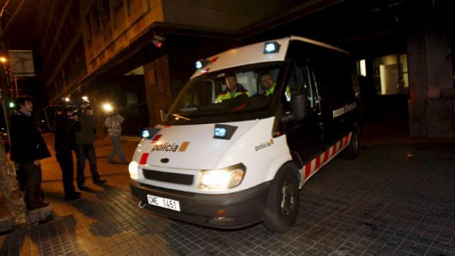 Un furgón de los Mossos d'Esquadra, en el que trasladan a Valentín e Israel Moreno G. y Carlos R.G., para los que han decretado prisión provisional. (EFE)