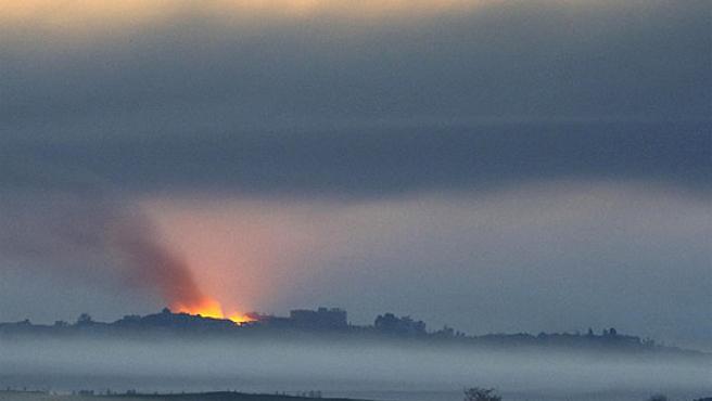 Columnas de humo en Gaza tras un ataque del ejército israelí. (EFE)