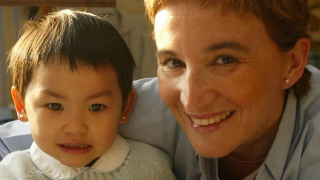 Una madre con su hija adoptada.