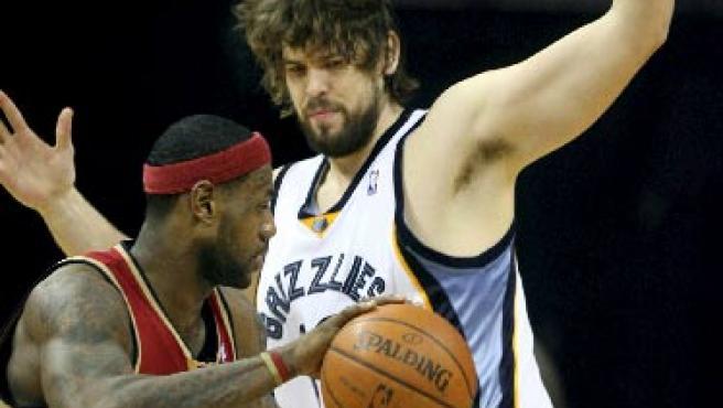 Marc Gasol (dcha), de los Grizzlies de Memphis, disputa el balón con LeBron James (i), de los Cavaliers de Cleveland.