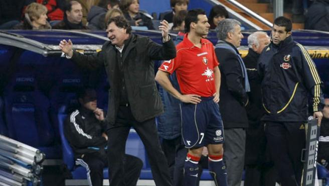 El entrenador del Osasuna, José Antonio Camacho, muestra su enfado con el colegiado Pérez Burrull. (EFE)