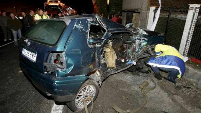 Estado de uno de los vehículos que protagonizaron un accidente mortal cerca de Vigo. (EFE/SXENICK)