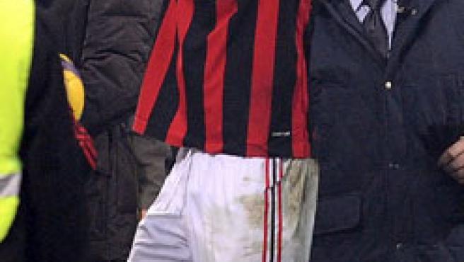 El mediocampista brasileño Kaká saluda a los seguidores del Milan al finalizar el partido contra el AC Fiorentina.