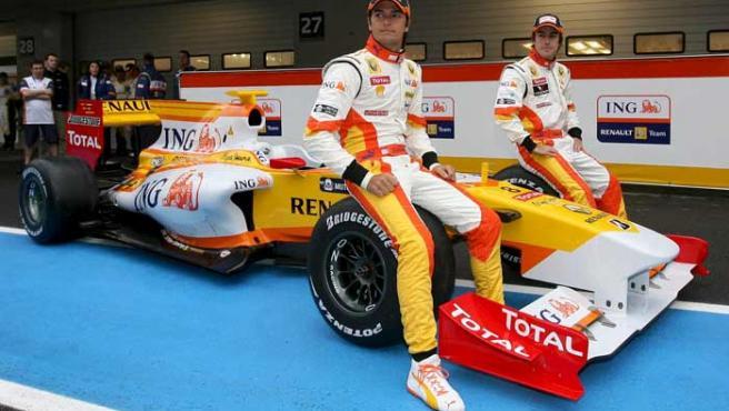 Piquet y Alonso posan con el nuevo R29. (EFE)