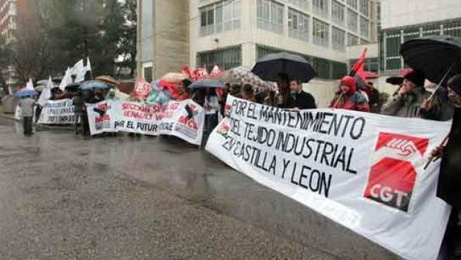 Los trabajadores, bajo la lluvia, ante la Consejería de Economía en Valladolid.
