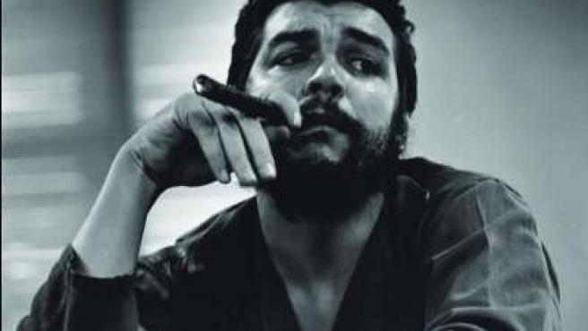 El Che, en el seu despatx del Ministeri de les Indústries, vist per l'objetiu de Rodríguez Moya. (Foto: Rodríguez Moya).
