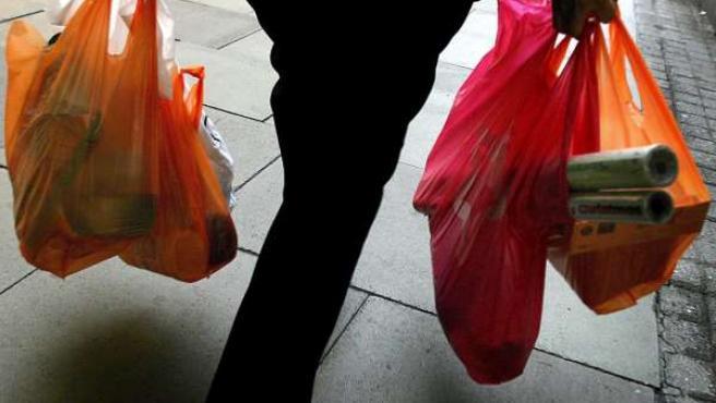 Las mujeres siguen haciendo la cesta de la compra más días que los hombres. (ARCHIVO).