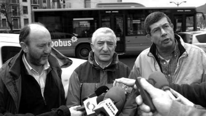 Javi Muñoz, a la derecha de la imagen, junto a otros portavoces.