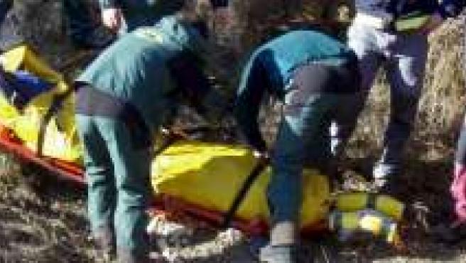 Varios bomberos de Granada rescatan el cuerpo sin vida del montañero.