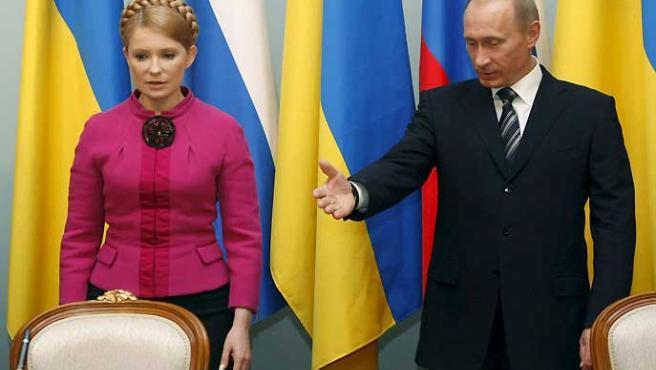 El primer ministro ruso Vladimir Putin y su homóloga ucraniana Julia Timoshenk, durante la firma de contratos sobre suministro de gas. (Sergei Chirikov / EFE).