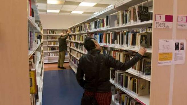Usuarios en una biblioteca pública