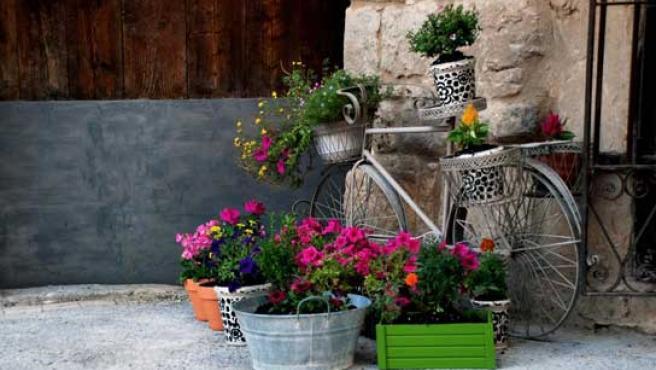 Flores a la puerta de la casa de Carmen Arnas.