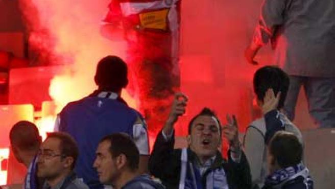 Los 'Boixos Nois' realizaron lanzamientos de bengalas en Montjuic en el último derbi catalán. (ARCHIVO)
