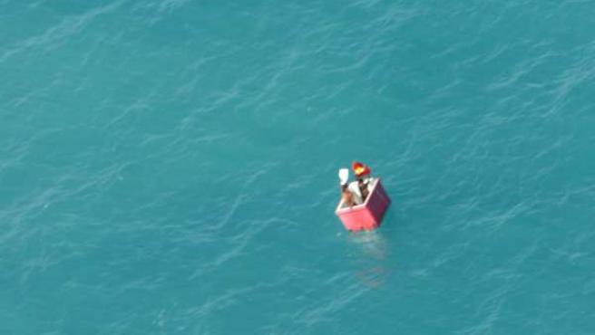 Una imagen de los náufragos tomada desde el helicóptero de rescate.