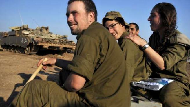 Un grupo de soldados israelíes ya en su territorio nacional.