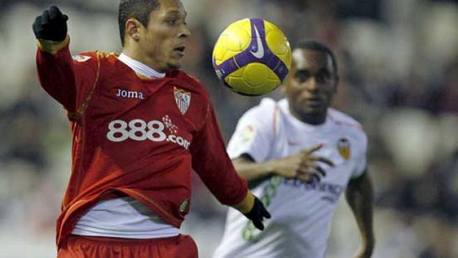Adriano y Miguel Brito, en una imagen del Valencia-Sevilla. (EFE)