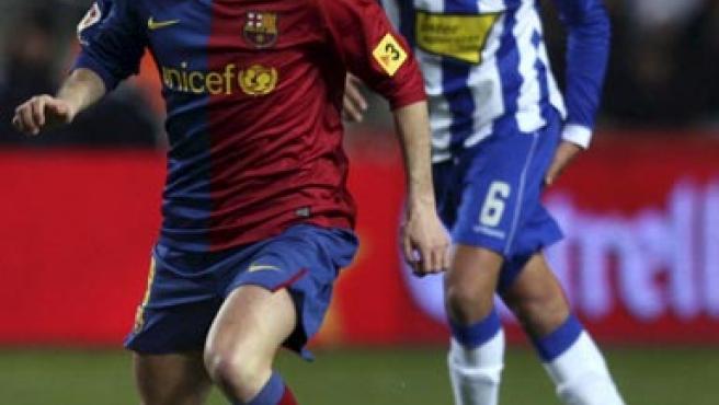 El barcelonista Andrés Iniesta, ante la mirada de Román. (EFE)