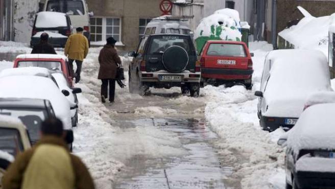 Aspecto que presentan las calles de la localidad lucense de A Fonsagrada tras el fuerte temporal.