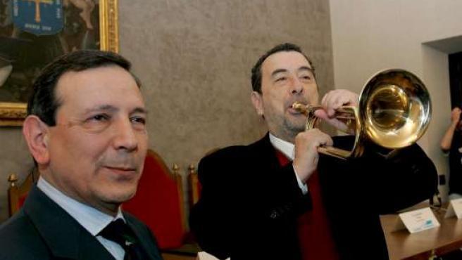 Garci toca la trompeta junto al presidente de los libreros