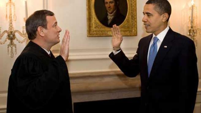 Obama jura su cargo por segunda vez ante el presidente del Tribunal Supremo, John Roberts, en un salón de la Casa Blanca. (YOUTUBE)