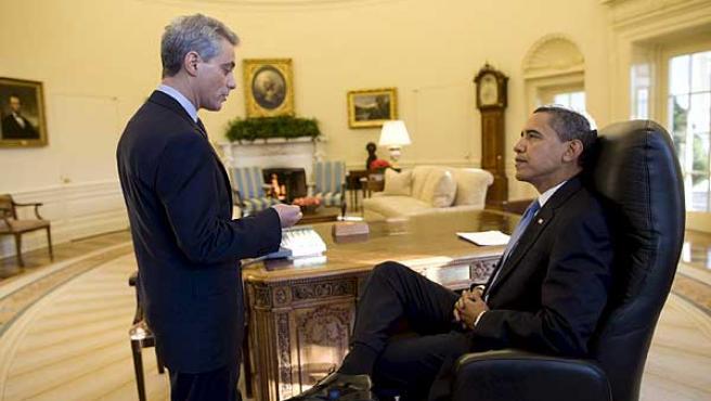 Barack Obama, charlando con el jefe de Gabinete de la Casa Blanca, Rahm Emanuel, en el despacho oval. FOTO: Pete Souza / EFE