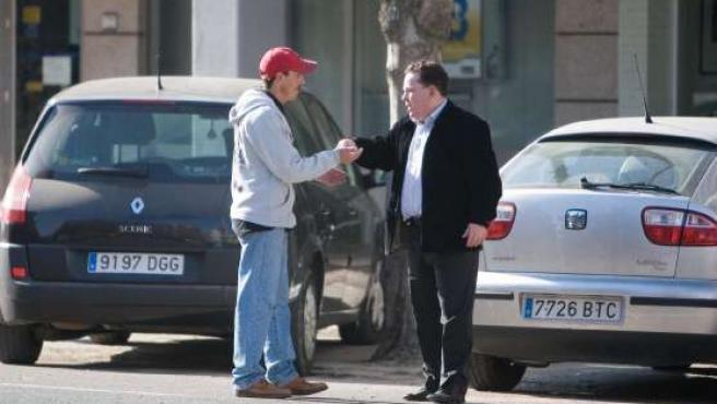 Un ciudadano le da dinero a un gorrilla en Sevilla.