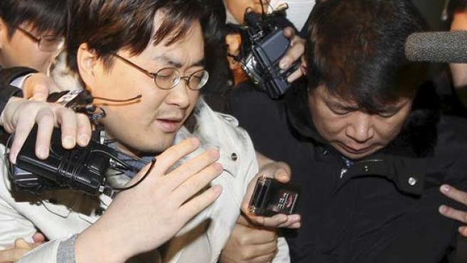 El blogger coreano abandona los juzgados entre cámaras. (REUTERS)