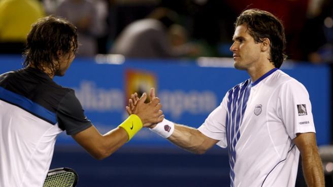 El tenista alemán Tommy Haas (d) felicita al español Rafa Nadal tras su victoria. (EFE)