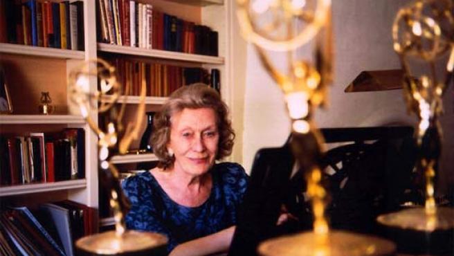 Angela Morley, junto a un piano y alguno de los premios logrados durante su carrera. (www.amgelamorley.com)