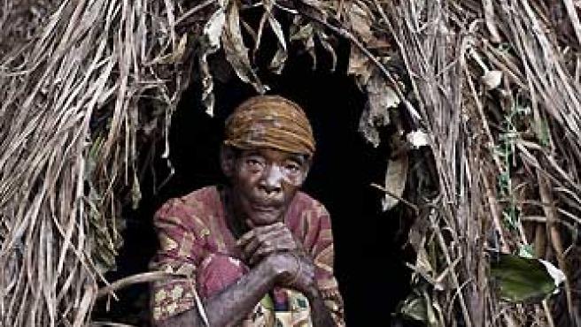 Los bakas, en su poblado de Camerún, nos muestran sus chozas.