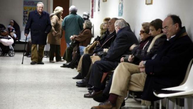 Decenas de pacientes se agolpan ante las consultas de un centro de salud.