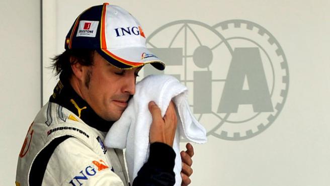 Fernando Alonso se seca el sudor de la cara. (EFE)
