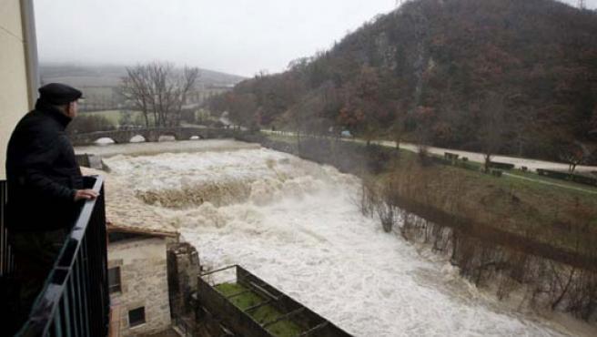 El río Ulzama ya se ha desbordado. (EFE)