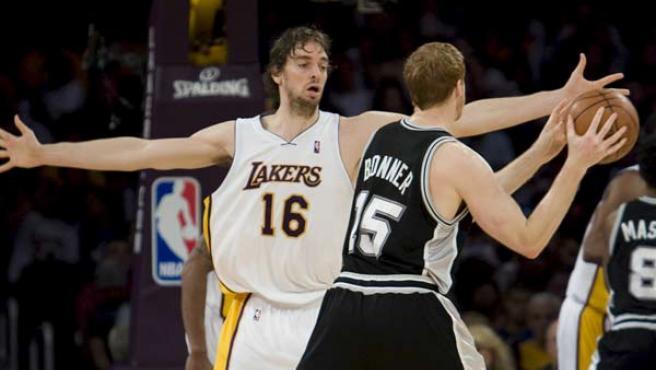 Pau Gasol, jugador de Los Angeles Lakers, defiende a Matt Bonners, de San Antonio Spurs.