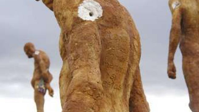 Conjunto escultórico de El Torno dedicado a los olvidados de la Guerra Civil, que recibió tres impactos de bala. (EFE)