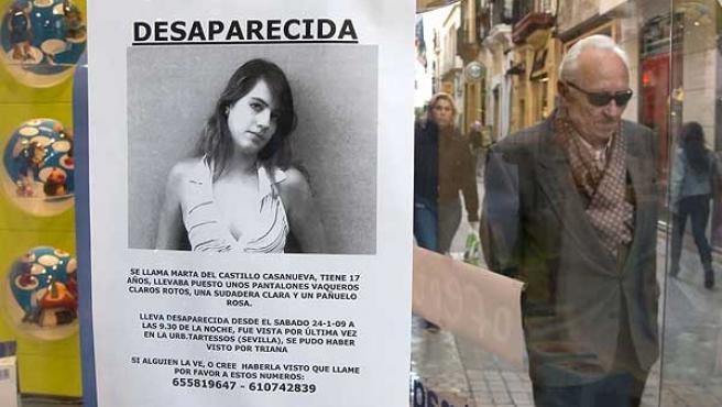 Un cartel con la imagen de Marta, colocado en un escaparate de una tienda de Sevilla. FOTO: Julio Muñoz / EFE
