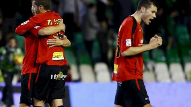 Mario Suárez (i) y David Navarro (d) celebran la clasificación del Mallorca en Copa. (EFE)